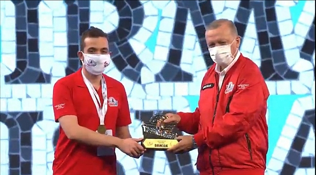 KGTÜ 'nün  ödülünü Cumhurbaşkanı Erdoğan verdi