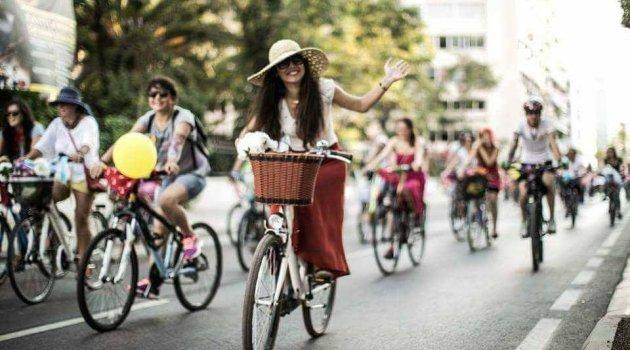 Süslü kadınlar pazar günü bisikletleriyle yollarda